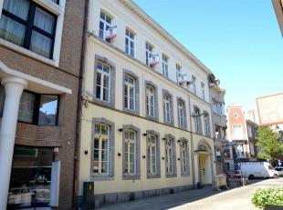 VERNIEUWD APPARTEMENT MET 1 SLK<br /> Achter een prachtig, opgewaardeerde gevel in het bruisende stadscentrum van Hasselt schuilt een volledig vernieu