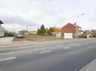 Grondperceel geschikt voor een halfopen bebouwing met een oppervlakte van +/- 868 m². De straatbreedte bedraagt +/-15m. Het perceel heeft een die
