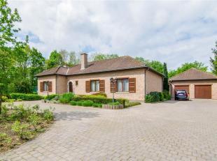 Une maison spacieuse avec quatre chambres et très grand garage (+/-70 m²). La maison est située sur un terrain de 2 892 m² ave
