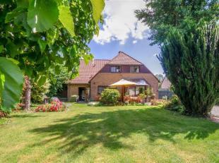 Une maison ouverte,  spacieuse et prêt à lemploi. La propriété comprend un grand jardin, un double garage et une salle prat