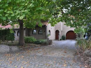 De woning is gebouwd met degelijke materialen en is gelegen in een rustige straat. De indeling is zeer gezellig door de diverse niveaus. Indeling: ink