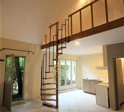 Dans une rue campagnarde, une maisonnette/studio (annexe de la maison principale) de ± 47m². Elle offre : entrée sépar&eacut