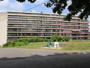 Dans le Parc des Saules, à proximité immédiate du centre et de tous les commerces, au RDC d'un immeuble de 7 étages, un ap