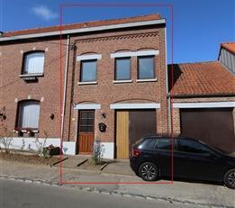 A proximité de la place de Bourgeois, une petite maison lumineuse avec garage. Composée au rez de chaussée, d'un hall d'entr&eacu