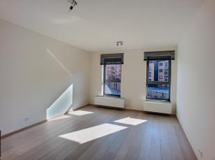 LLN, plein Centre, dans immeuble de standing, beau studio lumineux comprenant hall d'entrée, living avec cuisine équipée, salle d