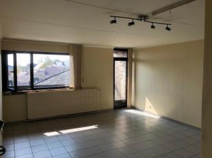 Appartement idéalement situé dans le quartier Hocaille (face piscine) comprenant pièce principale avec coin cuisine équip&