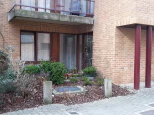 Appartement comprenant hall d'entrée, living avec cuisine us équipée, terrasse privative, 1 chambre et sdb. Emplacement parking c