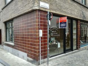 Serpentstraat 1, een charmant winkelpand met grote vitrines. Er valt niet naast te kijken, dankzij de typische uitstraling en ligging van het pand. Ho