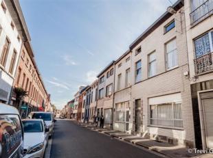 Ruime woning te koop met 4 slaapkamers en koer.<br /> Deze woning is gelegen in een rustige straat, vlakbij scholen en handel. Het huis is vlot te ber