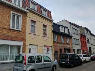 Eéngezinswoning met 6 slaapkamers over 3 etages, keuken, living, badkamer en garage. Te renoveren, en mogelijks op te splitsen in 2 units. De w