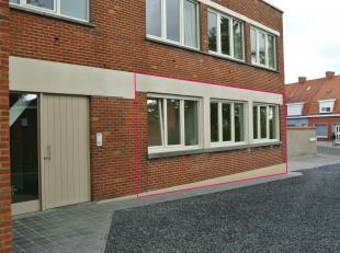 --> Een instapklaar appartement op de gelijkvloerse verdieping (geschilderd, verlichting & rolluiken aanwezig), bestaande uit :<br /> --> Ha