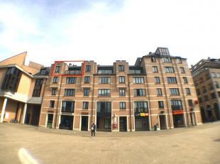 Sur la Grand Place de Louvain-la-Neuve. Appartement de +/-65m², orienté plein sud, sis au 4ème étage/5 avec ascenseur. Il se