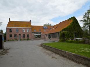 Voormalige  hoeve gebouwd in 1945 met vakantiewoning en feestzaal , idyllisch gelegen nabij Lo-Reninge. <br /> De woning werd volledig gerenoveerd in