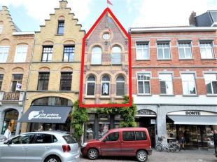 Dit ruime en lichtrijke triplex appartement met ingang via de Goudenvioolstraat, zijstraat van de Rijselstraat. Op slechts enkele meters verwijderd va