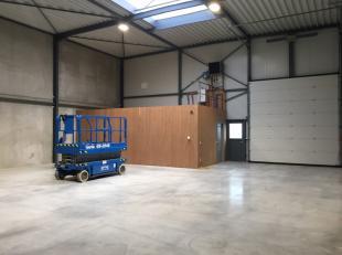Slagmolenstraat: Magazijn van 215m² met bureelruimte met apart toilet en keuken. <br /> <br /> Nieuwbouw magazijn, eerste ingebruikname.<br /> El