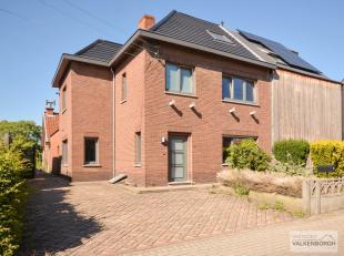 Zeer goed gelegen gezinswoning met 3 slaapkamers en mooie tuin. De hoofdbouw werd reeds volledig gerenoveerd. De achterbouw moet nog verder gerenoveer