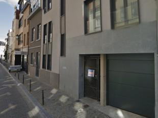 IMMOSCHMIDT (Réf. 17179) - BRUXELLES (Sainte Catherine/rue de Flandre) - LIBRE IMMEDIATEMENT : Emplacement de parking à louer dans un ga