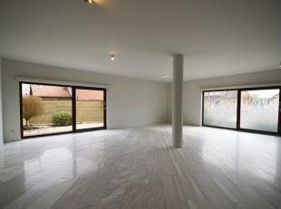 Ruim en prachtig afgewerkt gelijkvloers appartement  (123m² bew. opp.!!) met 2 ruime slpkmrs, auto staplaats en aangelegde, onderhoudsvriendelijk