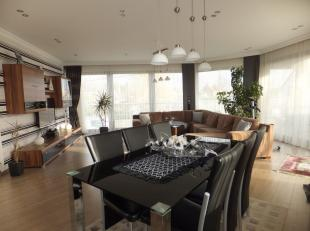 Appartement op eerste verdiep met terras.<br /> <br /> Dit ruime en vrij recente appartement (+/- 159 m2) op eerste verdieping is gelegen in een appar