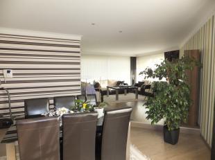 Deze ruime en vrij recente penthouse (+/- 219 m2) op tweede verdieping is gelegen in een appartementencomplex van 7 wooneenheden. Op korte afstand van