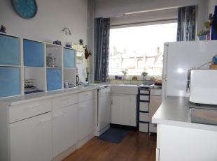 Dit ruim appartement heeft een lichtrijke living, aangename keuken, 2 slaapkamers, badkamer, inkom met vestiaire, en zuidgericht terras. Het is gelege