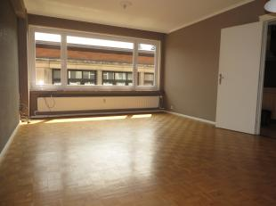 Dit appartement wordt gekenmerkt door aangename raampartijen in living, keuken en kamers, waardoor er veel lichtinval is. Er is een inkomhal met vesti