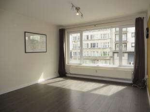 Dit appartement is instapklaar en werd gerenoveerd in 2012/2014. Nieuwe ramen, nieuwe keuken, nieuwe badkamer, laminaat. Het omvat een inkomhal met ve