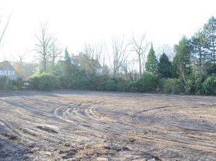 Dit prachtig stuk bouwgrond is gelegen aan de Dendermondesteenweg, vlakbij kasteel Ter Burcht.De vlotte bereikbaarheid ( 5min R4 en 7 min E17), groene
