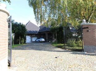Splendide villa comprenant: Un hall d'entrée, cuisine équipée, 2 séjour, salle à manger, hall de nuit, 4 chambres,