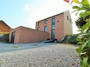 Bleret (Waremme), Idéalement située, cette lumineuse villa de 2007 est composée au rez de chaussée d'un hall d'entr&eacute