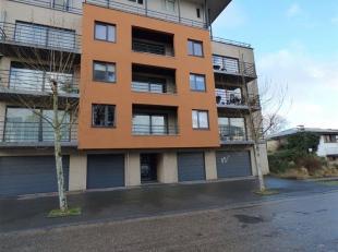 Au centre de Waremme, bel appartement comprenant: Hall d'entrée, séjour, buanderie, wc, hall de nuit, 2 chambres, salle de bains, cave,
