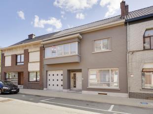 Deze solide,instapklare woning met atelier of werkruimte van maar liefst 300m², rustig gelegen, doch vlakbij de verbindingswegen naar Gent/Ninove