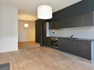 Gerenoveerd appartement op 3de verdiep, gelegen tussen de gezellige GROENPLAATS en het ZUID. <br /> Via de inkomhal betreden we het appartement , met