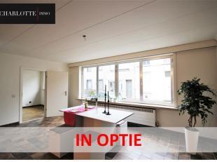 Ruim en betaalbaar appartement! Mis deze kans niet! Dit gelijkvloers appartement is zeer centraal gelegen op wandelafstand van het centrum van Sint-Ni