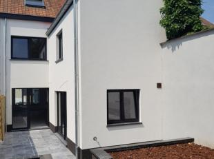 Gelegen in het centrum van Zottegem treffen we deze heel grondig gerenoveerde woning. Indeling: inkomhal met gastentoilet, leefruimte, eetplaats, ruim