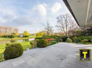 Deze villa werd gebouwd in tweede bouwlijn met een tuin die uitzicht geeft op een beschermd natuurreservaat dat aan de bewoners een volledige privacy