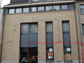 Ruim kantoorgelijkvloers, voormalig bankkantoor op 100m van het Stationsplein in het vernieuwde gedeelte van de Mercatorstraat. Dit gelijkvloers van m