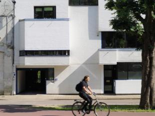 De woning biedt naast de ruimtes voor een zelfstandige praktijk ook fantastische woonvertrekken dankzij de originele architectuur. Een groene tuin in