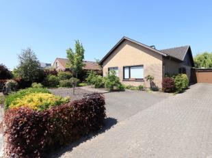 Deze residentiële bungalow heeft een bewoonbare oppervlakte van 182 m² en is gelegen op een perceel van 683 m². Op wandelafstand van de