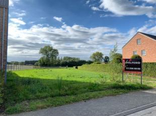 Aan de Kapelstraat te Schriek-Grootlo wordt een ruim lot bouwgrond voor half open bebouwing aangeboden.<br /> Het perceel is 1.325 m² groot en he