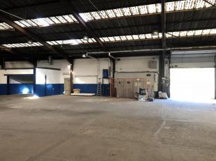 Rare et encore en Région Bruxelloise, vous trouverez cet atelier de +/- 1336 m2 ( +/- 1140 m2 d'entrepôt et +/- 195m2 de bureaux) au pied