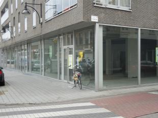 in hartje Maldegem-centrum, commerciële ruimte met 2 staanplaatsen in de ondergrondse garage . Mede door de richting van de verkeersstroom in het