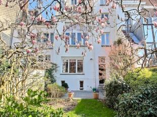 A proximité de lULB et de lavenue Roosevelt, superbe maison de maître de 1912. La maison offre une sup hab de 350 m2. Elle se compose de