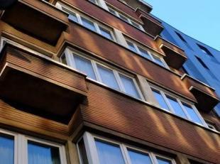 A proximité de la place Liedts, sur l'Av de la Reine, bel immeuble comprenant 12 unités de +/-70m² se composant d'un Hall d'entr&ea