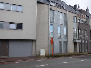 Appartement gelegen in het centrum van Heusden-Zolder, Ringlaan 11 op het tweede verdiep met ruime terras en dubbele staanplaats.<br /> Gemakkelijke v