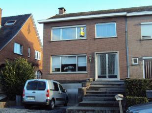 Verzorgde woning HOB met hall,  ruime living, veranda, keuken,2  wc's , dubbele garage, 3 slaapkamers (2 ruime en 1 kleine), badkamer, berging, cv  op