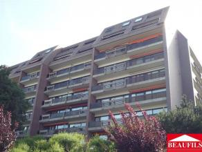 Bel appartement à proximité des commerces et accès autoroutiers, comprenant un hall d'entrée avec placard, un débar