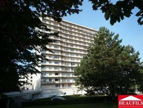 Bel appartement situé à proximité de la gare et des commerces, comprenant un hall d'entrée, un living de 25m², une cu