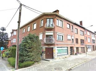 Bel appartement en parfait état situé à proximité des commerces et des axes routiers, comprenant un hall d'entrée,