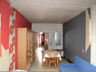 Immo Paris vous présente cette surprenante maison à rénover ! mesurant 95cm de large, sa façade est considér&eacute